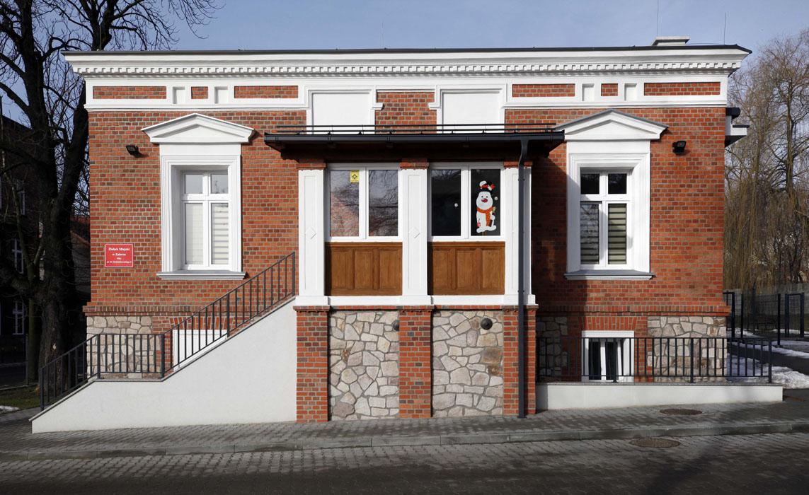 Żłobek Miejski w Zabrzu; widok na wejście boczne do budynku, ze schodami od strony ulicy. Fotografia pochodzi ze zbiorów Zgłaszającego.
