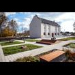 Adaptacja z przebudową budynku dawnego spichlerza w Gminie Hażlach na budynek muzealny pod nazwą Dom Przyrodnika wraz z zagospodarowaniem terenu (etap I). Na pierwszym planie plac wejściowy z miejscam